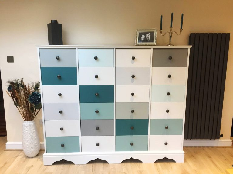 Drawers unit in shades of blue